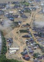 九州北部を襲った記録的な豪雨で浸水し、流木などが流れ込んだ福岡県朝倉市の住宅地=6日