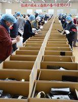 ノリの品質をチェックする買い付け業者=佐賀市の佐賀海苔共販センター
