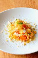 唐津産ハウスミカンのグラニテの下には発酵バターのカスタード。鮮やかなオレンジが井上萬二さんの白磁に映える