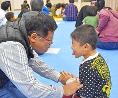 顔を見合わせてふれあう父親と子ども=神埼市の千代田町保健センター