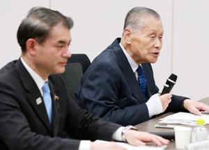 東京五輪・パラリンピックの調整会議に臨む組織委員会の森喜朗会長(右)=17日午後、東京都港区(代表撮影)
