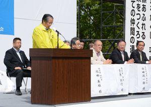 連合佐賀が開いたメーデーの集会。国民民主党と社民党の県連幹部(右側)が壇上に並んだが、参院選候補予定者の紹介はできなかった=4月27日、佐賀市のどん3の森