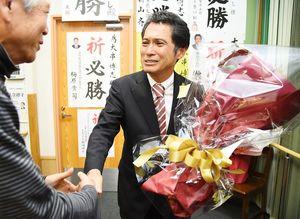 当選が確実となり、集まった支持者と握手を交わす大串博志さん=23日午後、武雄市北方町の事務所