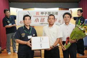 嬉野市の谷口太一郎市長(左)から激励を受けた小部純平選手(中央)=嬉野市の旅館初音荘