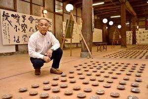 「独自の書を目指し、挑戦を続けていきたい」と話す富永將暉さん=小城市小城町の小柳酒造
