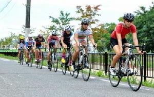 街中をさっそうと駆ける自転車競技部員たち=佐賀市城内の路上