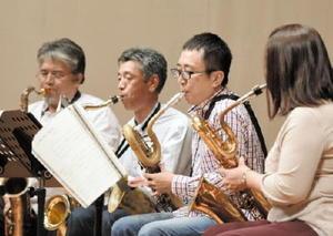 コンサートでの共演に向けて、真剣な表情で練習に臨む参加者たち=鹿島市のエイブルホール