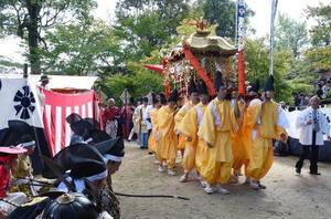 流鏑馬神事の前には、みこしの巡幸や稚児行列が馬場を通る