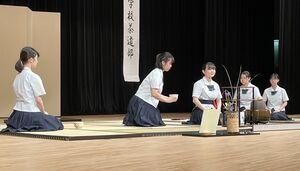 基準点前を披露した三養基高茶道部の部員=佐賀市文化会館