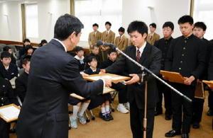 古谷県教育長から賞状を受け取る生徒=佐賀県庁