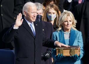 就任式で宣誓するバイデン米新大統領。右はジル夫人=20日、ワシントンの連邦議会議事堂(ロイター=共同)