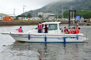 唐津海上技術学校のモーターボート「はまかぜ」に体験試乗する親子連れら=唐津東港
