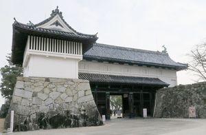 油のような液体がかけられた跡が見つかった佐賀城跡の「鯱の門」=30日午前、佐賀市