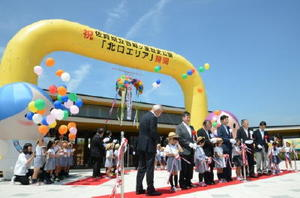 関係者と園児がテープカットし、北口エリアの開園を祝った=吉野ケ里歴史公園