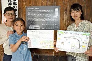 駅周辺の散歩コースを紹介するマップなどを作ったきゅうらぎデザインのメンバーたち=唐津市のJR厳木駅