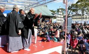 大勢の参拝客でにぎわった「福伊勢餅投げ」=佐賀市伊勢町の伊勢神社
