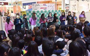 詰めかけたファンの前でトークショーを繰り広げるE-girlsのメンバー=佐賀市のモラージュ佐賀