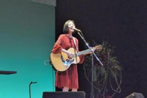 来場者の手拍子で「世界一ごはん」を熱唱する植村花菜さん=佐賀市のアバンセホール