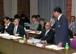 名称問題で対立し、火花を散らす谷口太一郎・嬉野町長(右)と古庄健介・武雄市長(左から2人目)=平成16年5月の合併協議会