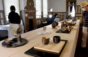 30以上の窯元による「茶の湯」をテーマにした新作展=唐津市の旧唐津銀行