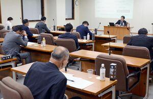 青木教授を参考人招致し、質疑を行う佐賀県議会の新型コロナウイルス感染症対策等特別委員会=県議会棟