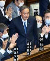 衆院本会議で第99代首相に指名され、起立する自民党の菅義偉総裁=16日午後1時45分