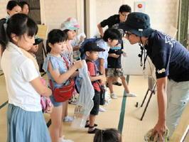 有田異人館が海外からの商人をもてなすために建てられたなどの説明を聞く子どもたち=有田町幸平