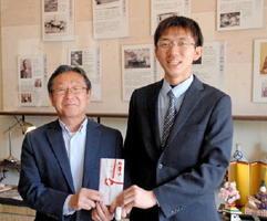 SSJの石田勇似代表(右)に寄付金を手渡した吉村英夫理事長=佐賀市唐人の佐星醤油