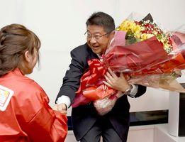 3選を果たし、支援者から花束を受け取る江口善紀さん=7日午後10時39分、佐賀市本庄町の事務所
