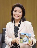 新曲「五木慕情」をリリースした演歌歌手坂井れい子さん=佐賀市の佐賀新聞社