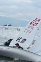 風をつかみ、艇を疾走させる宮口悠大(右)・岡田奎樹ペア=愛媛県新居浜市の新居浜アリーナ