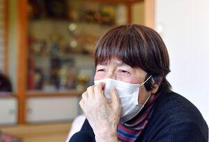 涙ぐみながら稔彦さんの思い出を語る母の古賀愛子さん=三養基郡みやき町