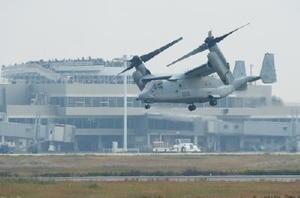 佐賀空港滑走路上空を試験飛行する米軍オスプレイ=8日午前、佐賀市川副町