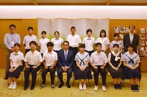 養成塾の開講に合わせ佐賀県庁を訪問した高校生=佐賀市
