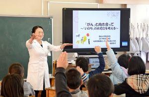 4年生にがんの予防と検診の重要性を伝える稲田浩子さん=佐賀市中の館町の赤松小