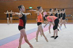 コーチらの指導の下、真剣に練習に励む生徒たち=佐賀市の県総合体育館