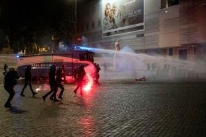 イタリアでの新型コロナウイルス感染再拡大を受けた制限強化に対する抗議デモに、放水する警察当局=27日、ローマ(ラ・プレッセ・AP=共同)