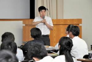 「子ども一人一人が自分らしく生きるために」と題して講演した石﨑杏理さん=佐賀市の佐賀県教育センター
