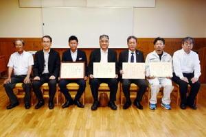 「木の住まいコンクール」受賞者ら=佐賀市本庄町の県森林会館
