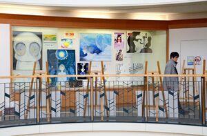 絵画やグラフィックデザインの作品が並ぶ会場=佐賀市立図書館