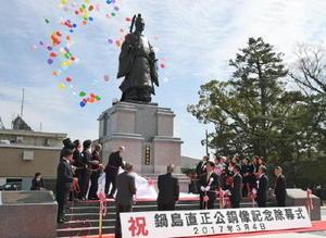 再建され、除幕式で披露された鍋島直正公銅像=佐賀市の佐賀城鯱の門北側広場