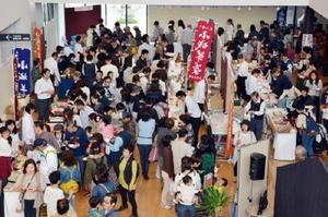 昨年11月に交流施設「ゆめぷらっと小城」で開かれた「ようかん祭り」。1日約5千人が来場した=小城市小城町