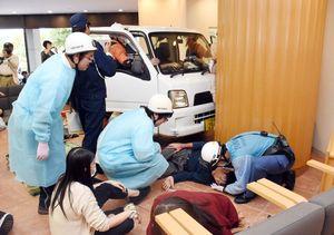 病院内に車が突っ込んで多くの死傷者が出たという想定で実施された訓練=鳥栖市のやよいがおか鹿毛病院