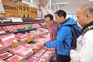 佐賀牛などブランド肉を販売する店舗を視察する香港の視察団=佐賀市のミート工房夢きら・ら