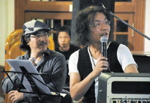 ギターの写真を見ながら話す小倉博和さん(右)と合瀬潤一郎さん=佐賀市柳町の浪漫座