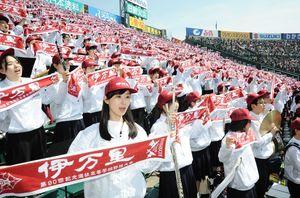 「伊万里」と書かれたえんじ色のタオルを手に校歌を歌うアルプス席の伊万里高校応援団=阪神甲子園球場