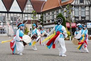 鉦や太鼓を鳴らしながら舞う伝統の農楽を披露する「公州伝統演戯団=2日、有田町の有田ポーセリンパーク