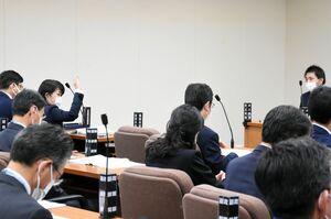 井上祐輔議員(右奥)の質問に対し、手を挙げて答弁に臨む県警の杉内由美子本部長(左奥)=県議会棟