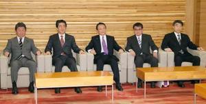 閣議に臨む(左から)茂木経済再生相、安倍首相、麻生財務相、河野外相、根本厚労相=12日午前、首相官邸