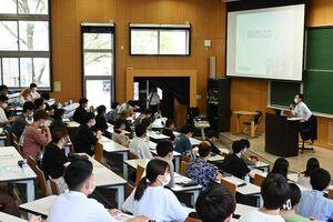 講演で、税の仕組みなどを学ぶ学生=佐賀市の佐賀大本庄キャンパス